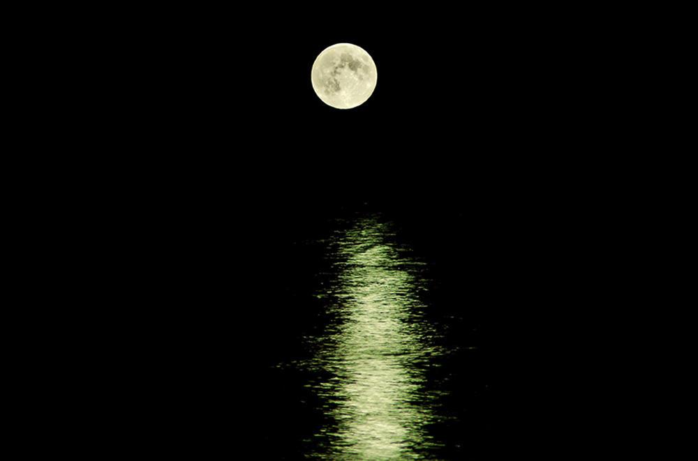 海にかかる満月