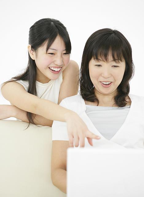 【414-1089J】PCを見る母娘.jpg
