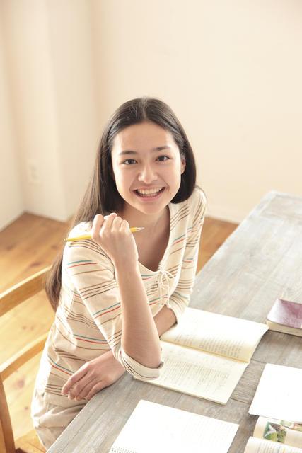 【414-1090J】勉強中の女子学生2.jpg